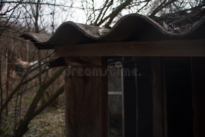 Primo piano di un pezzo di vecchio tetto di ardesia su un granaio, su un fondo o su un concetto di ripiego dilapidato immagine stock libera da diritti