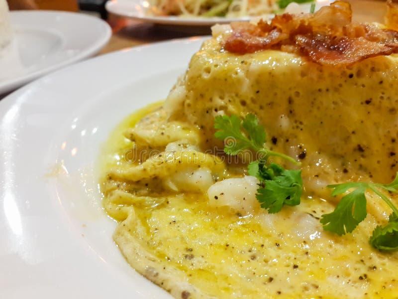 primo piano di un piatto con una tortilla de patatas tipica, o spagnola fotografia stock