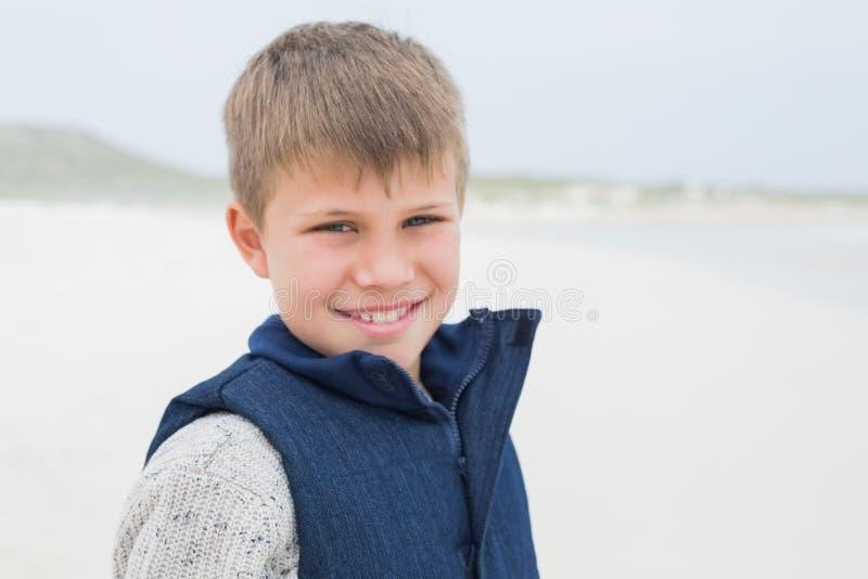 Primo piano di un ragazzo sorridente sveglio alla spiaggia fotografia stock libera da diritti