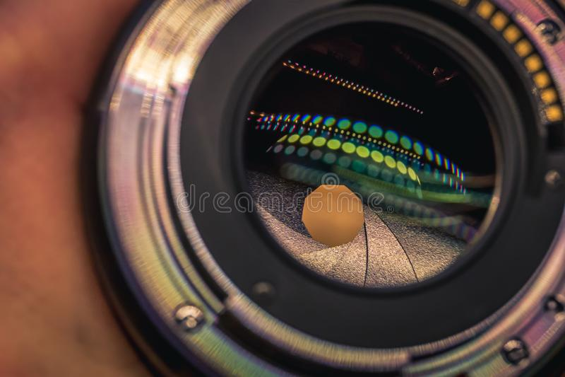 Primo piano di un supporto e di un'apertura della lente di macchina fotografica digitale dentro immagine stock libera da diritti