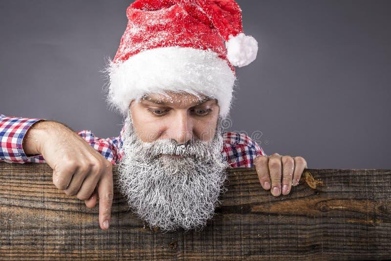 Primo piano di un uomo bello con la barba lunga e dei baffi con Re fotografia stock