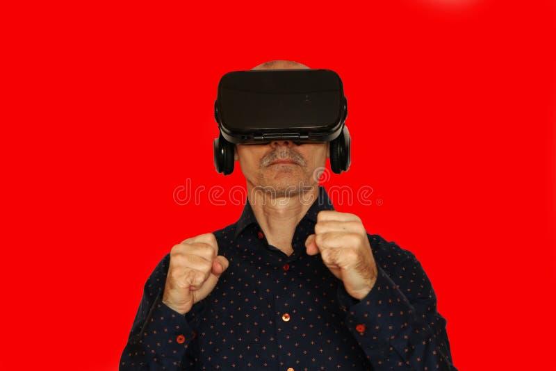 Primo piano di un uomo in una maglietta nera con i vetri di realtà virtuale immagini stock libere da diritti