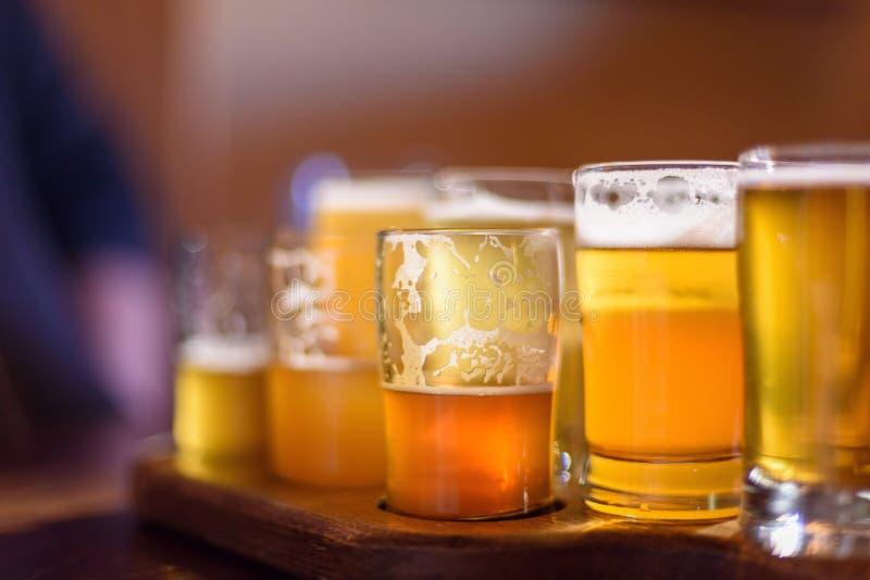 Primo piano di un volo della birra alla fabbrica di birra al sole fotografie stock