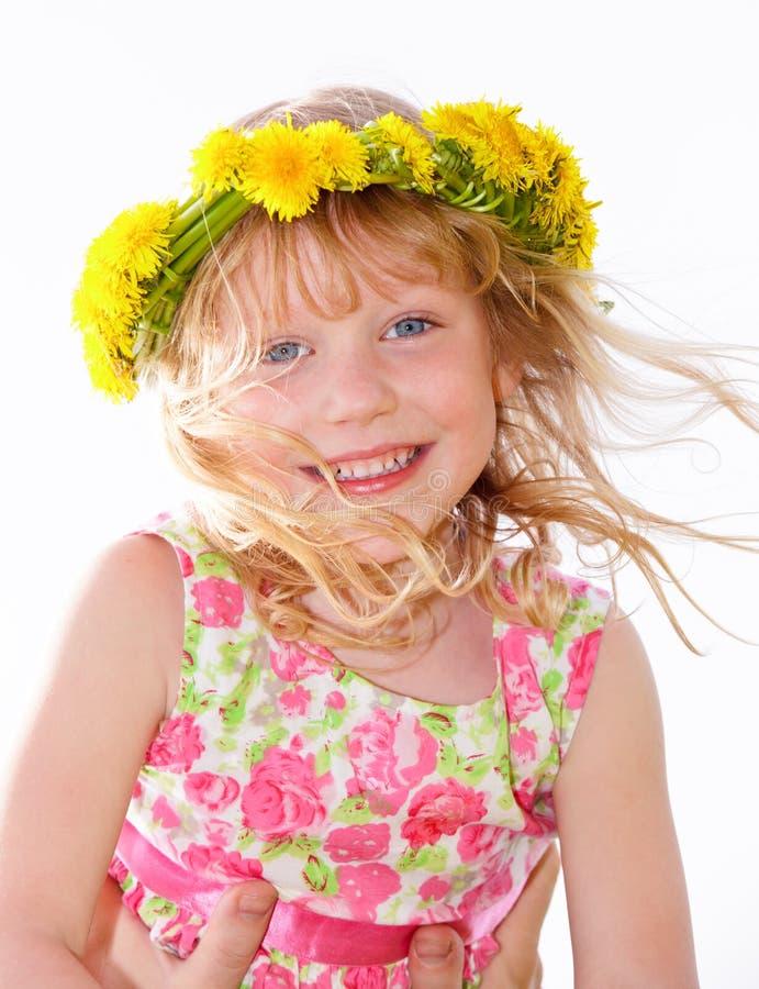 Primo piano di una bambina sveglia che indossa corona floreale immagine stock