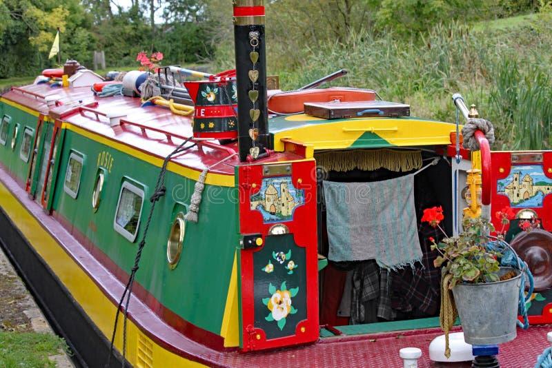 Primo piano di una chiatta altamente decorata sul grande canale del sindacato a Lapworth in Warwickshire, Inghilterra fotografia stock