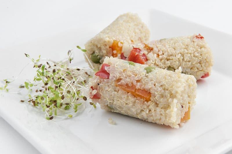 Primo piano di una ciotola delle terraglie con uno stufato della quinoa con le verdure fotografie stock