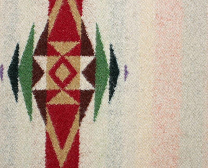 Primo piano di una coperta di lana con progettazione geometrica immagini stock