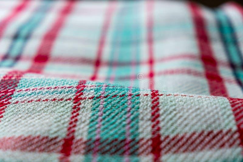 Primo piano di una coperta piegata con a quadretti, modello del plaid fotografia stock