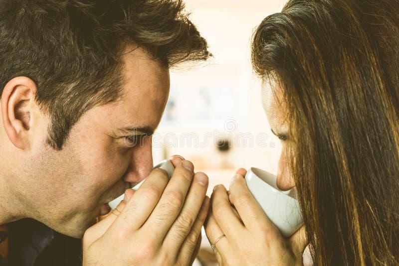 Primo piano di una coppia in amore e caffè bevente felice immagine stock