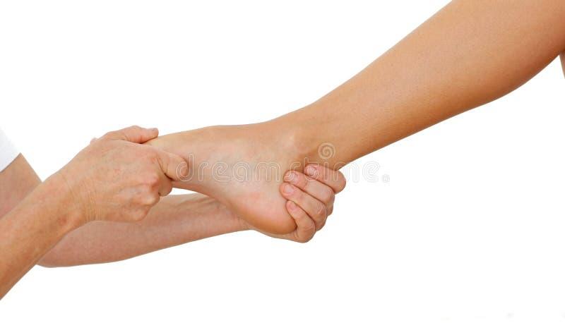Primo piano di una donna che ha un massaggio del piede fotografia stock