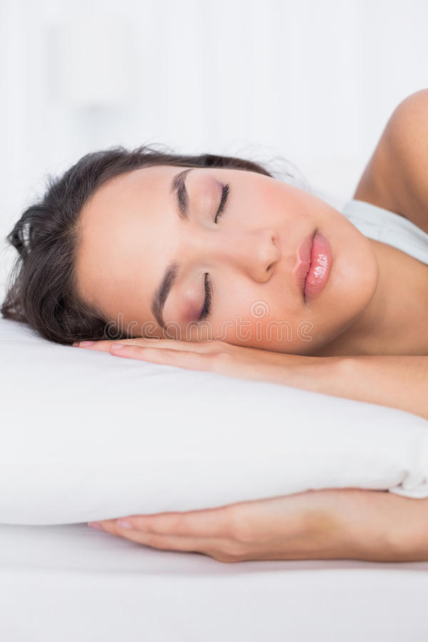 Primo piano di una donna graziosa che dorme con gli occhi chiusi a letto immagine stock