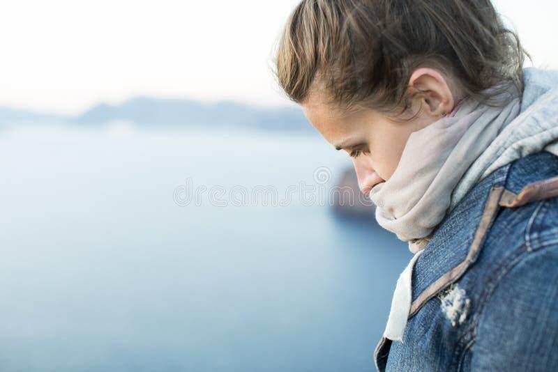 Primo piano di una donna triste e depressa in profondità nel pensiero all'aperto immagine stock