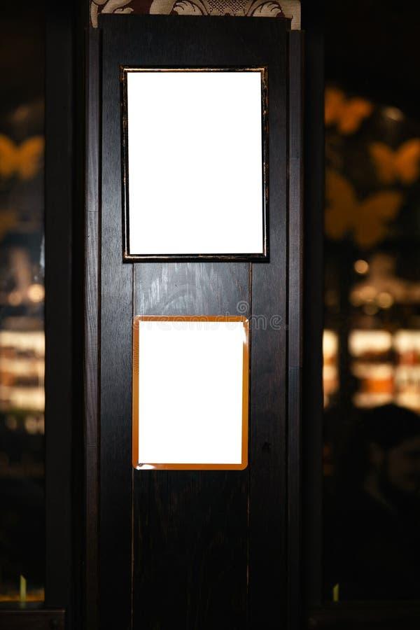 Primo piano di una lavagna in bianco nell'interno del pub Derida su, tabellone per le affissioni, struttura dello spazio dell'ann fotografia stock libera da diritti