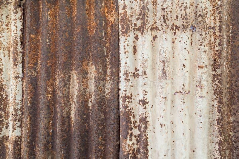 Primo piano di una parete arrugginita ed ondulata immagine stock