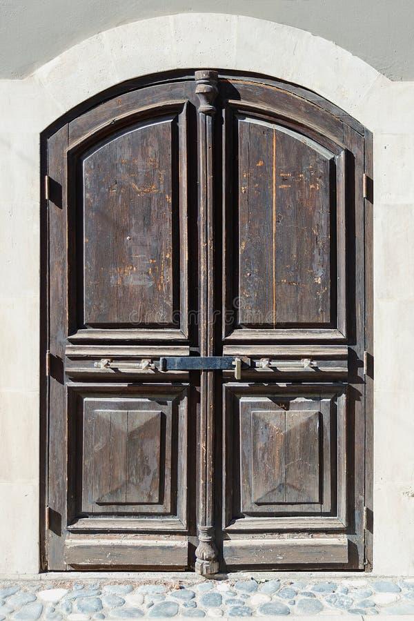 primo piano di una porta di legno su una delle vie della città del Cipro di Limassol fotografie stock