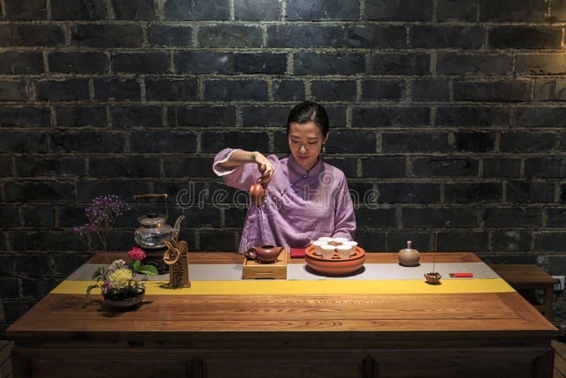 Primo piano di una ragazza cinese durante la cerimonia di tè fotografie stock libere da diritti