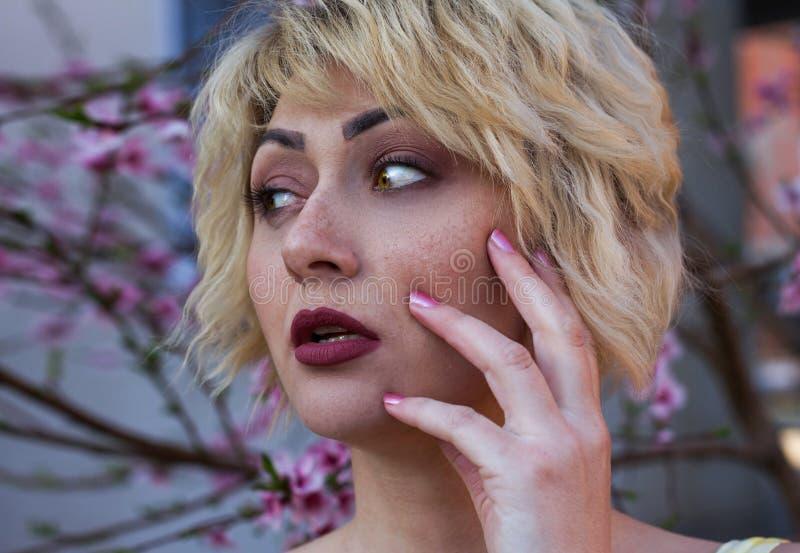 Primo piano di una ragazza freckled immagini stock libere da diritti