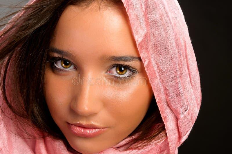 Primo piano di una ragazza graziosa con la sciarpa fotografia stock libera da diritti