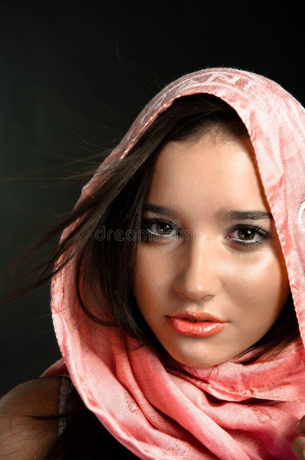 Primo piano di una ragazza graziosa con la sciarpa fotografia stock