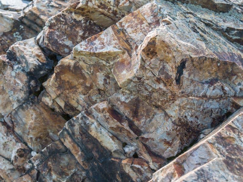 Primo piano di una roccia di pietra nelle montagne fotografia stock libera da diritti