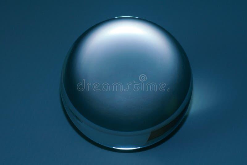 Primo piano di una sfera di vetro nel colore blu immagine stock libera da diritti