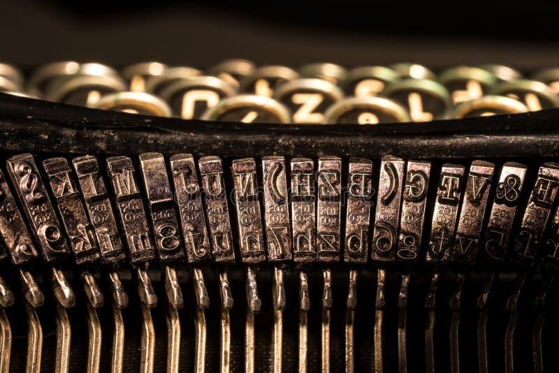 Primo piano di vecchie chiavi della lettera e di simbolo della macchina da scrivere immagine stock