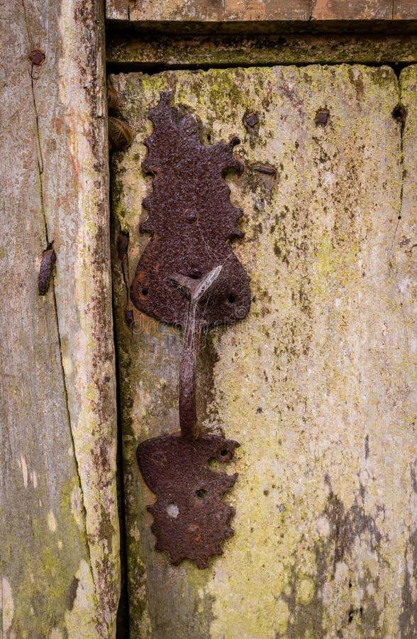 Primo piano di vecchio e fermo di porta arrugginito classico e fissare porta di legno fotografie stock libere da diritti
