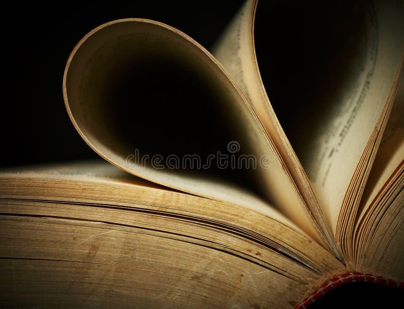 Primo piano di vecchio libro aperto. immagini stock libere da diritti
