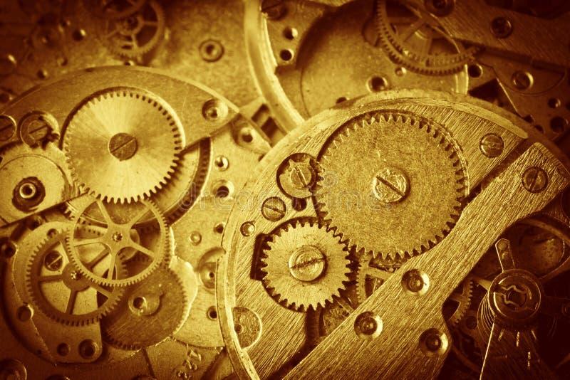 Primo piano di vecchio meccanismo dell'orologio con gli ingranaggi immagine stock libera da diritti
