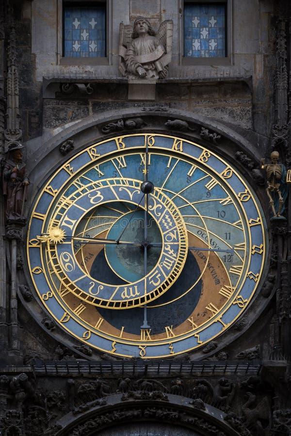 Primo piano di vecchio orologio astronomico a Praga fotografia stock