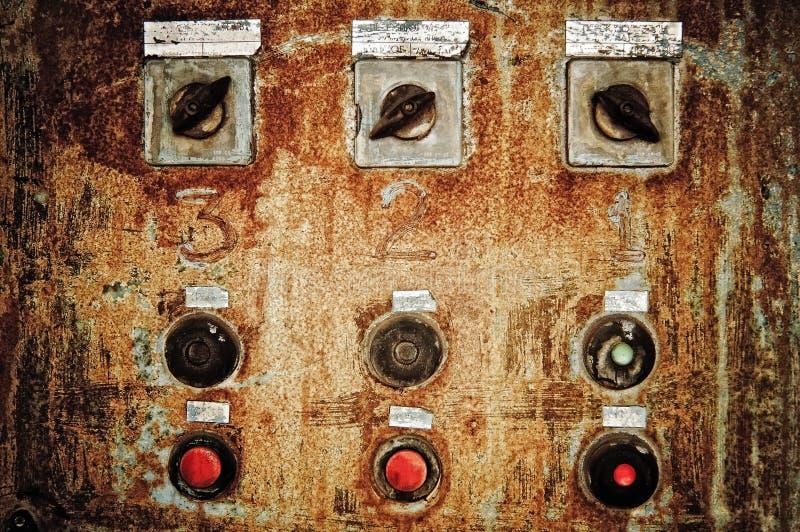 Primo piano di vecchio pannello di controllo arrugginito fotografia stock