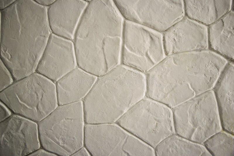 Primo piano dipinto nuovo bianco della parete di pietra Fondo di struttura di lerciume della crepa fotografie stock