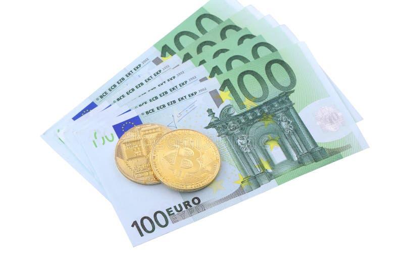 Primo piano dorato di Bitcoins sull'euro fondo di valuta fotografia stock
