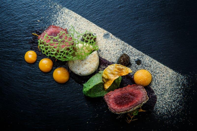 primo piano due pezzi di carne arrostita decorata con purè e salsa fotografie stock libere da diritti