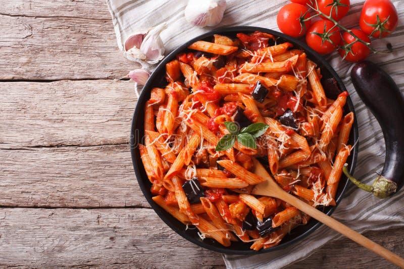 Primo piano ed ingredienti italiani di Norma di alla della pasta Orizzontale a immagine stock libera da diritti