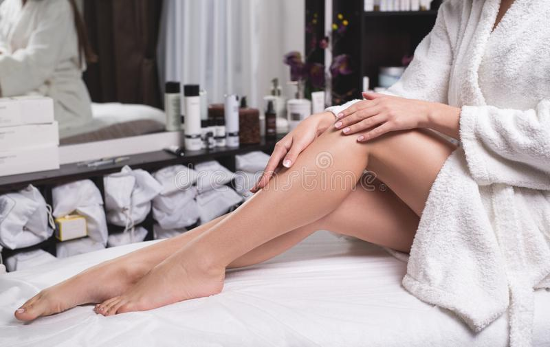 Primo piano femminile perfetto delle gambe Donna che prende la cura delle sue gambe nel centro della stazione termale fotografia stock libera da diritti