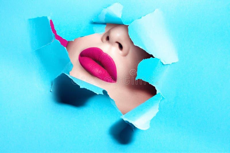 Primo piano femminile in serie grassottello sexy delle labbra con la lacuna in cartone fotografia stock