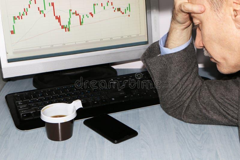 Primo piano - giocatore con il telefono ed il caffè immagine stock