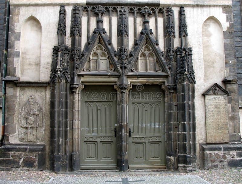 Primo piano gotico del portello della chiesa - in in bianco e nero immagine stock libera da diritti