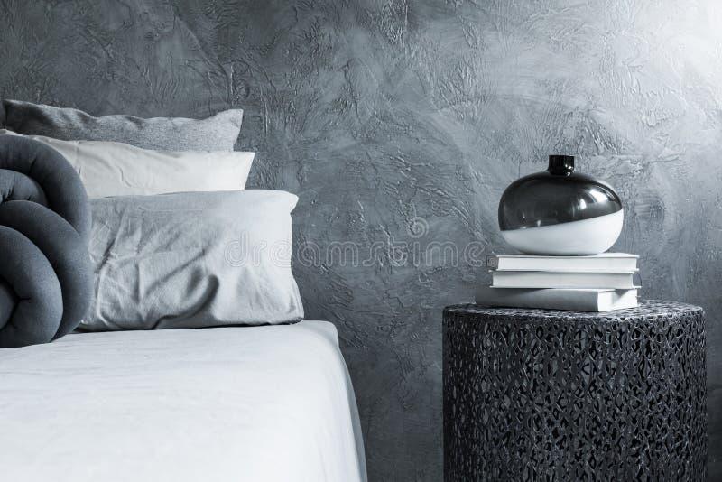 Primo piano grigio della camera da letto, parete strutturata immagine stock