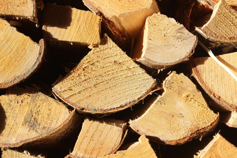 Primo piano impilato ed accatastato della legna da ardere immagini stock