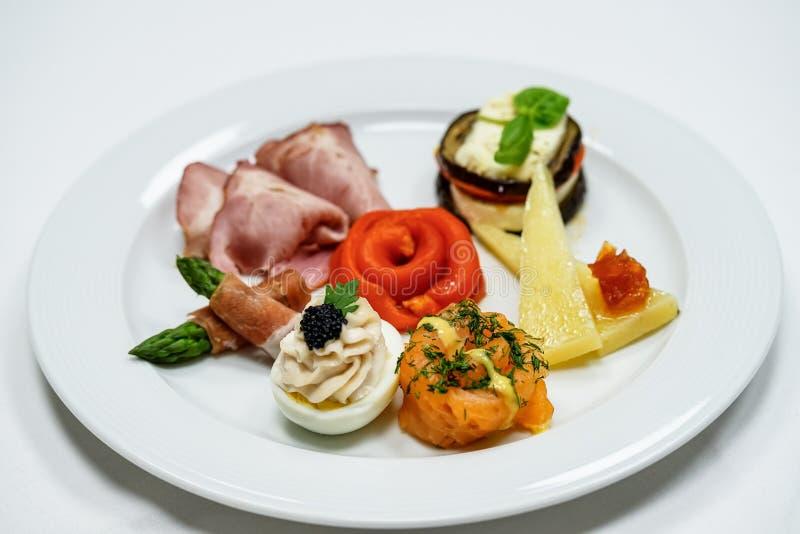 Primo piano italiano dell'aperitivo sul piatto fotografia stock