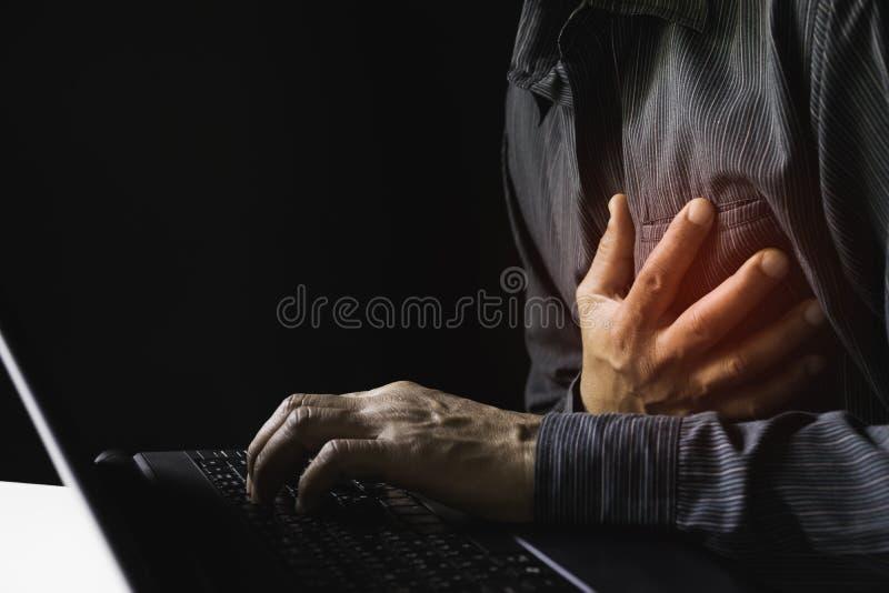 Primo piano l'attacco di cuore dell'uomo quando duro lavoro questo concetto è tutto il giorno per la sanità fotografia stock libera da diritti