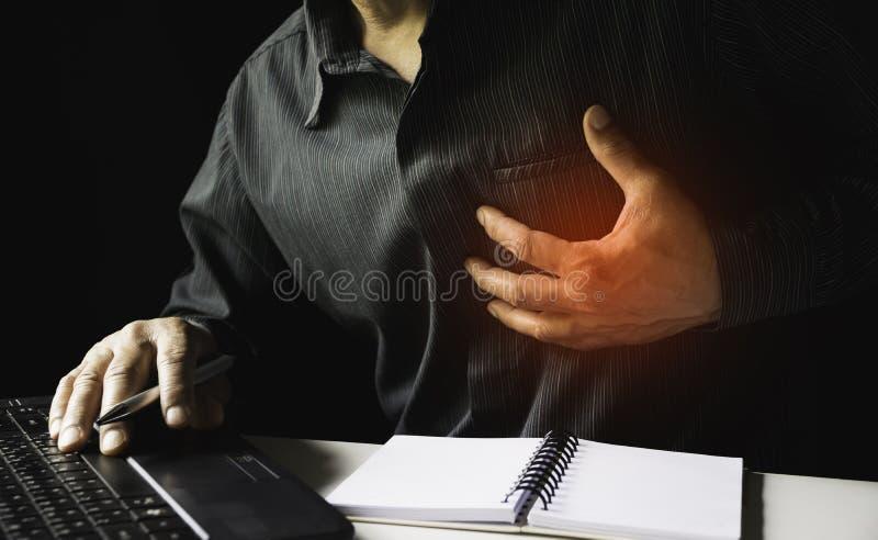 Primo piano l'attacco di cuore dell'uomo quando duro lavoro questo concetto è tutto il giorno per la sanità fotografie stock libere da diritti