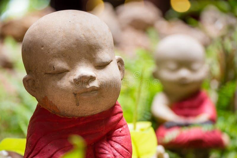 Primo piano la bella piccola statua di un principiante in Wat Borom Raja fotografia stock libera da diritti