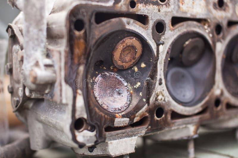 Primo piano la testa di un motore del sei-cilindro fotografia stock libera da diritti
