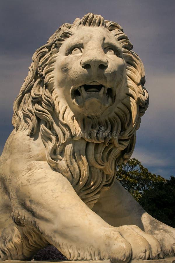 Primo piano Lion Head Sculpture di marmo bianco nel palazzo della Crimea Vorontsov fotografie stock libere da diritti