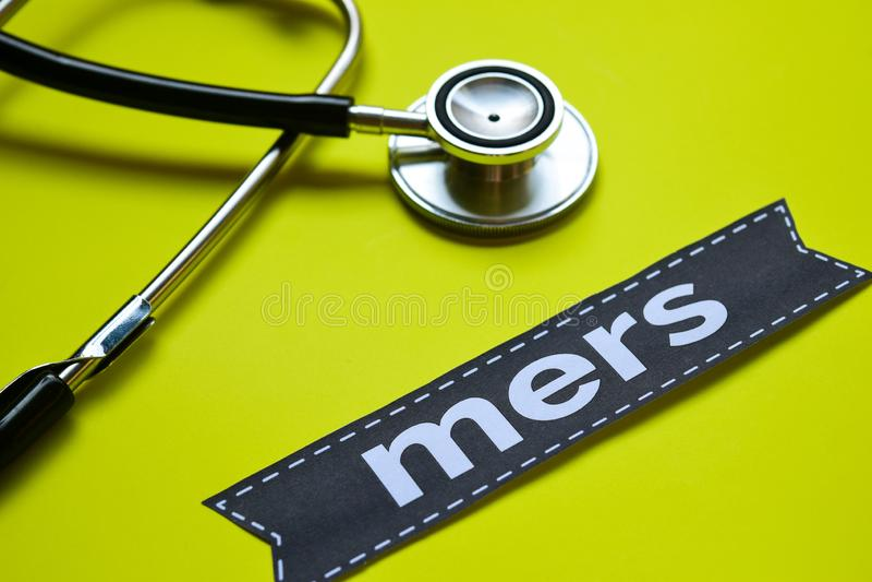 Primo piano Mers in francese con ispirazione di concetto dello stetoscopio su fondo giallo fotografia stock