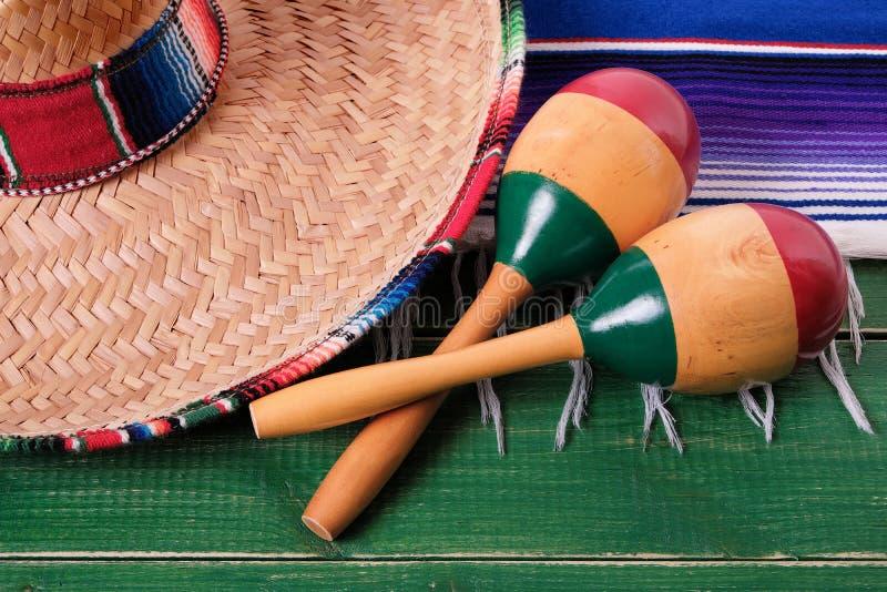 Primo piano messicano di maracas del sombrero di festival del de Mayo di cinco del Messico fotografie stock