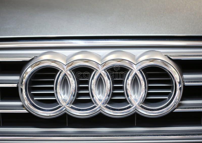 Primo piano metallico di logo di Audi sull'automobile di Audi immagine stock